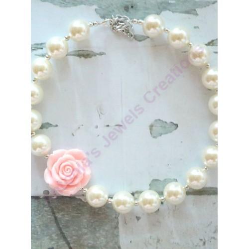 κολιε λευκες περλες με ενα πολυ ομορφο τρυανταφυλλο απο ροζ κοραλλι
